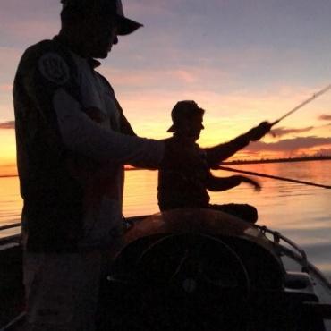 Pescando e aproveitando o pôr do sol