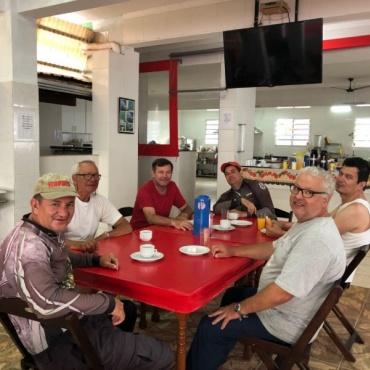 Maurão e seus amigos pescadores sr Antonio, dr Fernando, Marcio e Aureliano, com os piloteiros Juninho e Tita.